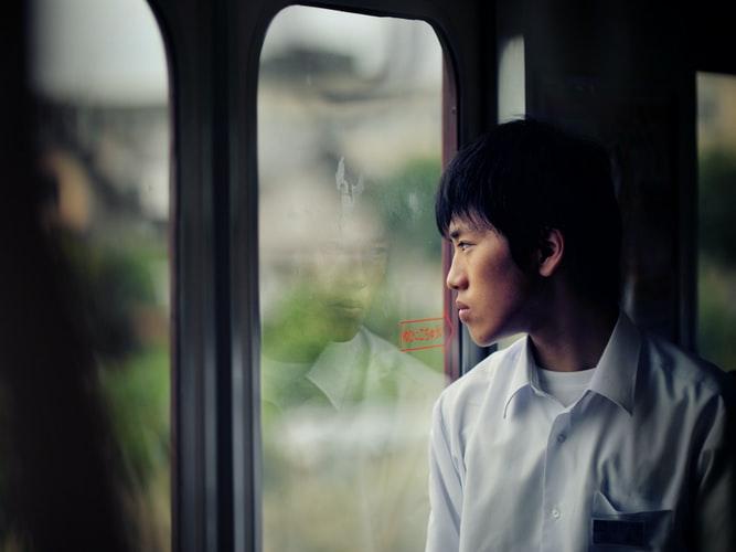通学中の少年