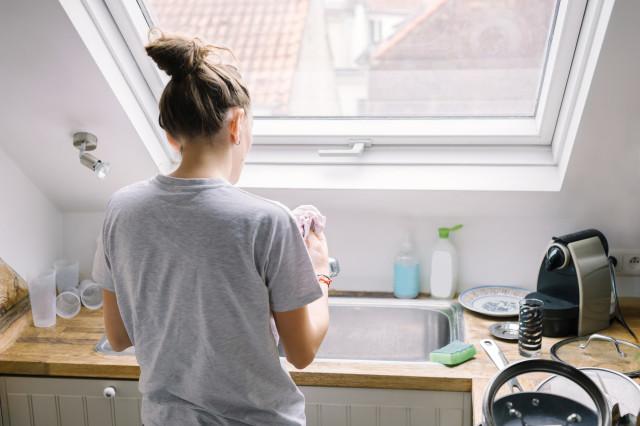 ママが家事をしている画像