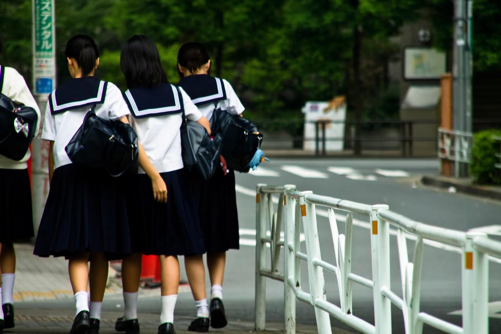 下校中中学生